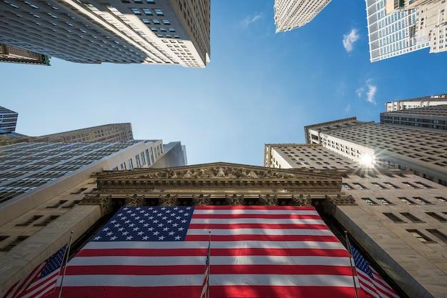 Нью-йоркская фондовая биржа на уолл-стрит в нью-йорке.