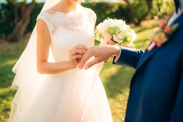 신혼 부부는 몬테네그로의 결혼식에서 반지를 교환합니다.