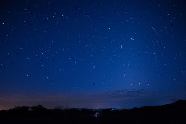 밤하늘에는 별과 유성우가 있습니다.