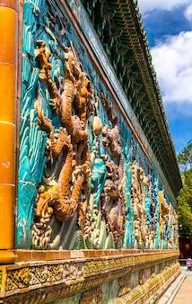 중국 베이징의 베이 하이 공원에있는 나인 드래곤 벽. 벽은 1402 ce에 지어졌습니다.