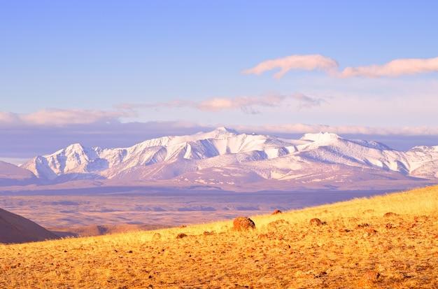 알타이 산맥의 노스추이 산맥 쿠라이 대초원의 바위 경사면