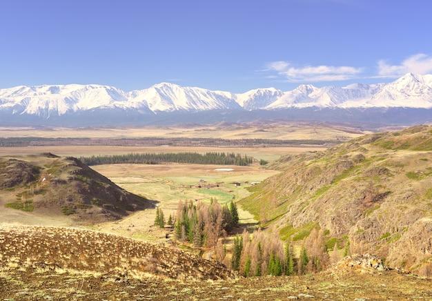 クライ草原の雪山にあるアルタイ山脈の緑の谷にあるnorthchui山脈