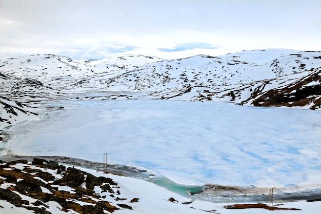 ノルウェーの風景:雪に覆われた山の表面