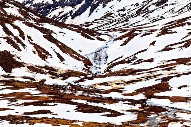 Норвежский пейзаж: снежная гладь горы