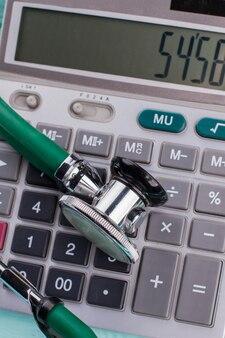 電卓の数字は健康の代償の象徴です。電卓の上に聴診器を置きます。