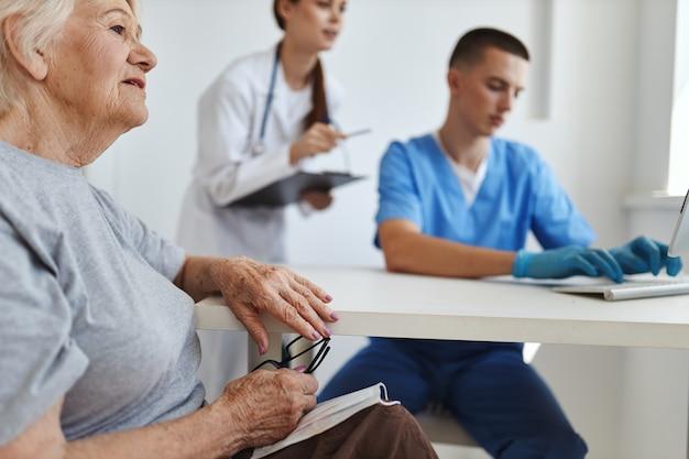 간호사와 의사는 환자 입원 서비스에 노력하고 있습니다