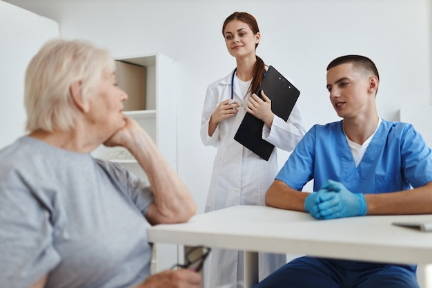 의료 사무실의 간호사와 의사는 서비스를 제공하는 환자와 의사 소통합니다.