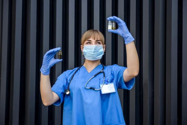 간호사는 약병의 내용물을 검사합니다. 의료 개념