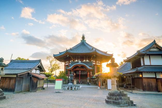 日没時の奈良の八角形の寺院のホール