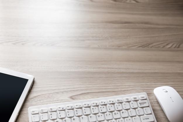 Вид на офисный стол с клавиатурой, мышью, планшетом