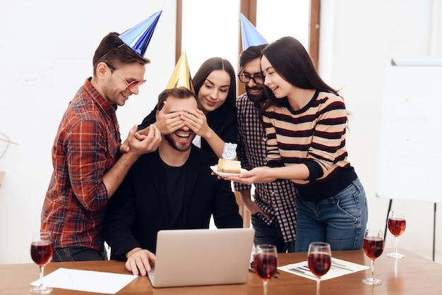 Сотрудники офиса удивляют своего менеджера.