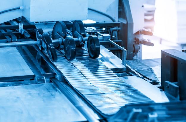 印刷工場の製造工程におけるオフセット印刷機
