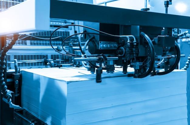 인쇄 공장의 생산 공정에서 오프셋 인쇄기