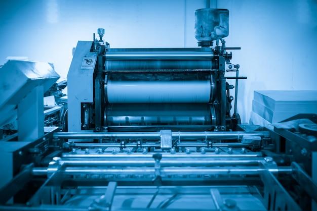 생산 공정의 오프셋 프레스는 인쇄 공장에 있습니다.