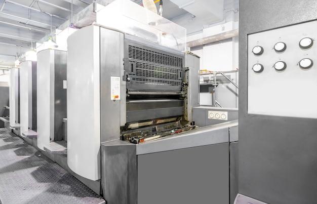 Офсетная машина в процессе производства находится на полиграфической фабрике.