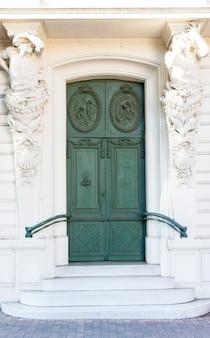 古い美しい木製のドア