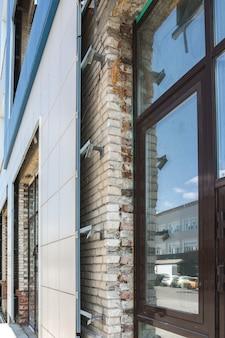 오래된 벽돌 건물은 현대 건축 자재를 사용하여 재건되고 있습니다
