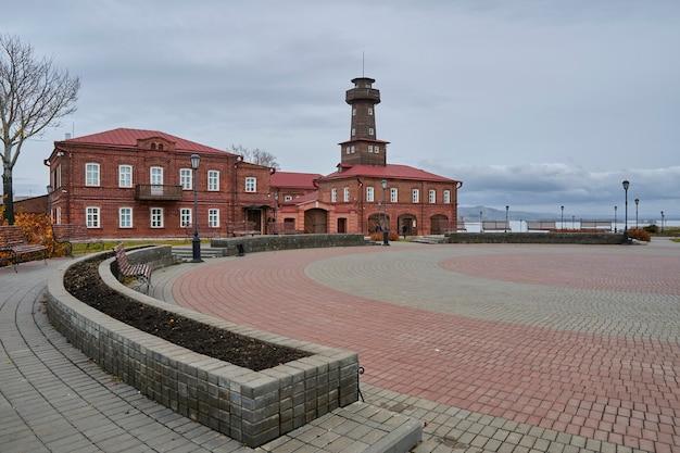 消防署の古い建物と火災警報用の柱。