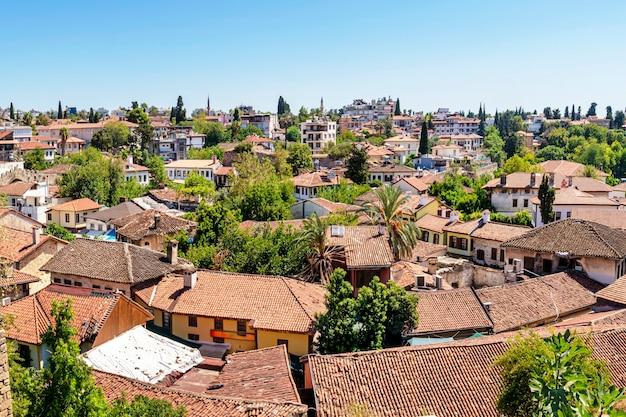 Старый центр анталии, порт калеичи в анталии. крыши домов, старая черепица. туристическое историческое место в анталии, турция. туризм по историческим местам европы