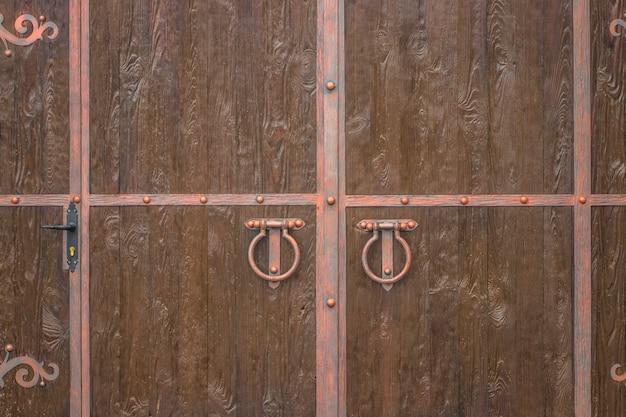 Старый дверной молоток. деревянная текстура.