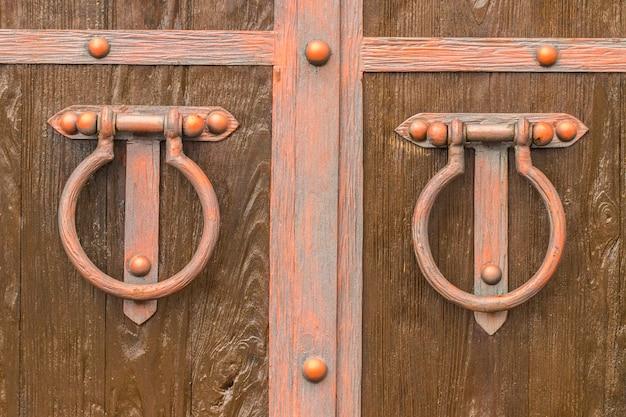 오래 된 문 두 들기는 사람입니다. 나무 질감입니다.