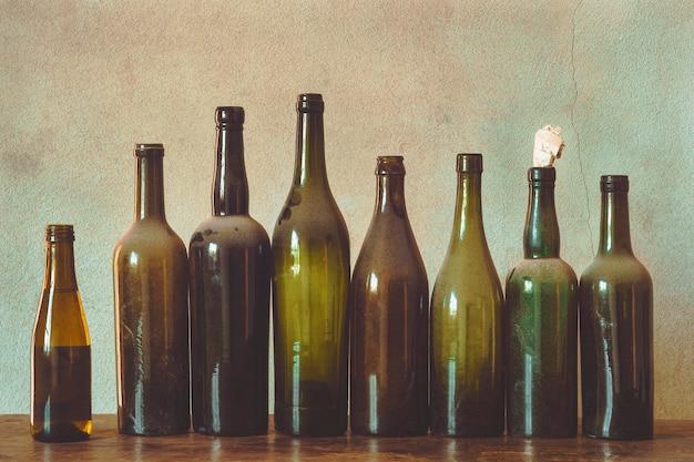 Старые пустые бутылки из-под алкоголя и пива