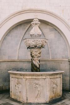 오래된 분수. 크로아티아와 몬테네그로, 발칸 반도의 건축.