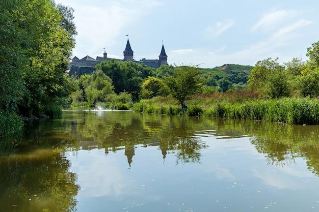Старый средневековый замок города каменец-подольский один из исторических памятников