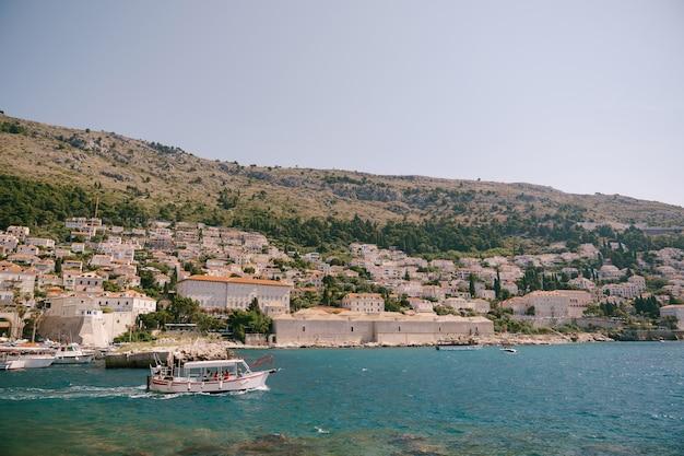 구 항구 항구는 크로아티아 두브 로브 니크 구시 가지 성벽 근처에있는 포 르포 렐라입니다. 관광객을 태운 배가 여행을 떠납니다.