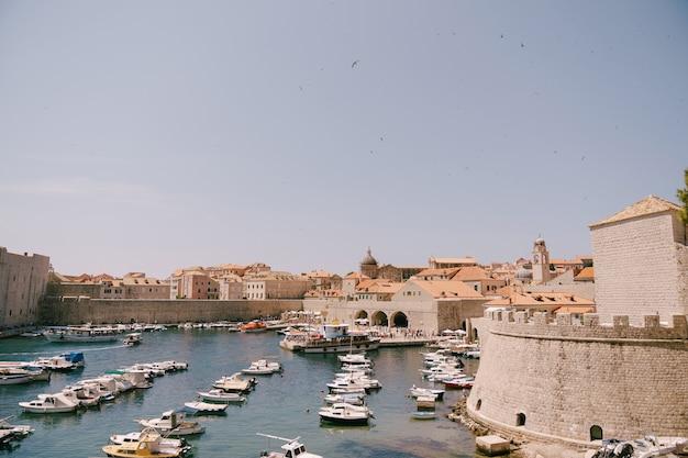 구 항구 항구는 두브 로브 니크 구시 가지의 벽 근처에있는 포 르포 렐라 크로아티아 정박 보트