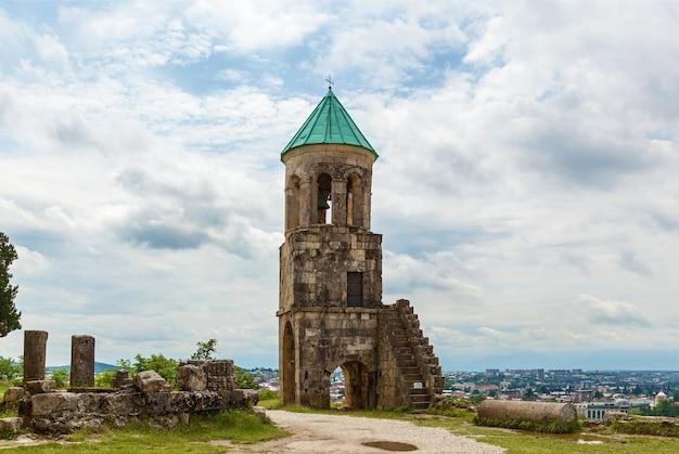 조지아 쿠타이시에서 복원된 오래된 젤라티 사원. 1125년에 건축가 다비드 왕이 이곳에 묻혔습니다. 프리미엄 사진