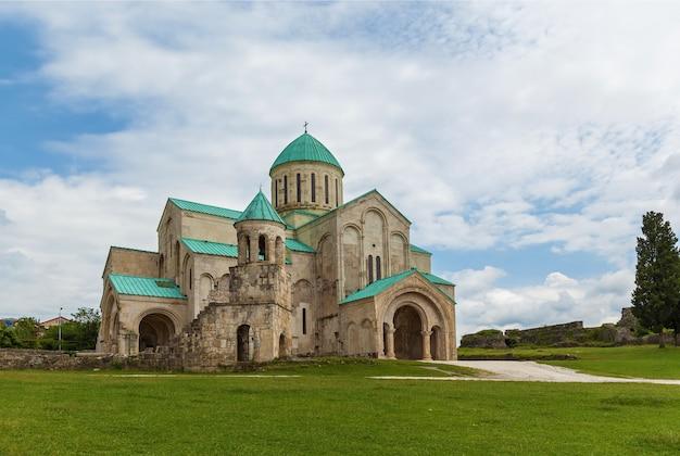 조지아 쿠타이시에서 복원된 오래된 젤라티 사원. 1125년에 건축가 다비드 왕이 이곳에 묻혔습니다.