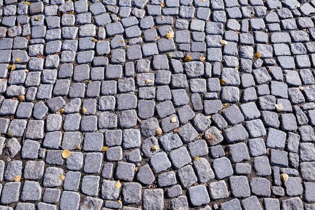 Старая дорога, сложенная из камней и валунов, сфотографирована крупным планом