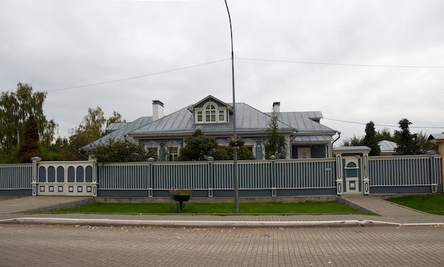 古いロシアの黄色の木造住宅
