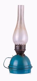 古い、ぼろぼろの灯油ランプ。過去のランプ。孤立。白い背景に