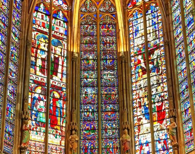 古いステンドグラスの教会の窓。セレクティブフォーカス