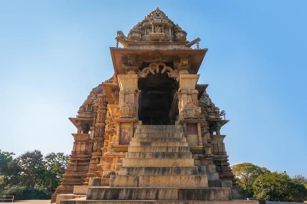 Старая лестница, ведущая к дверям храма в кхаджурахо. это объект всемирного наследия юнеско, популярный среди туристов. мадхьяпрадеш