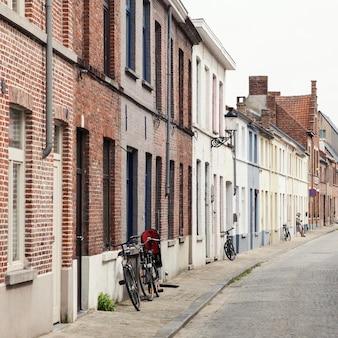 브뤼헤 마을의 역사적인 부분에있는 오래된 거리