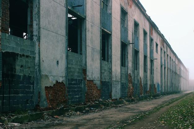 霧の中に投げられた古い工場