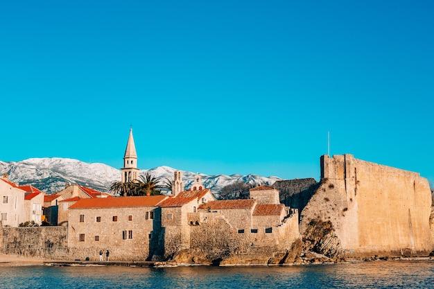 Старый город будвы горы засыпаны снегом