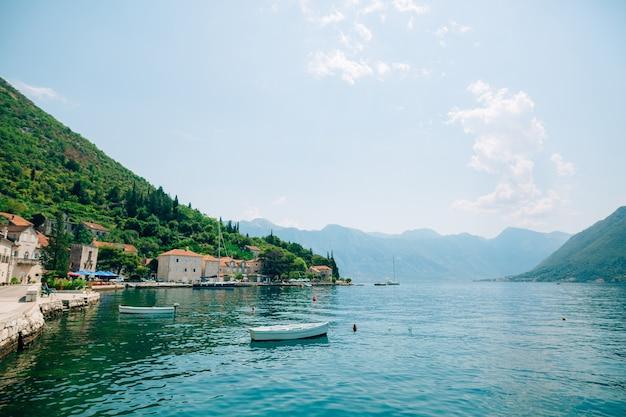 Старый город пераст на берегу которского залива, черногория.