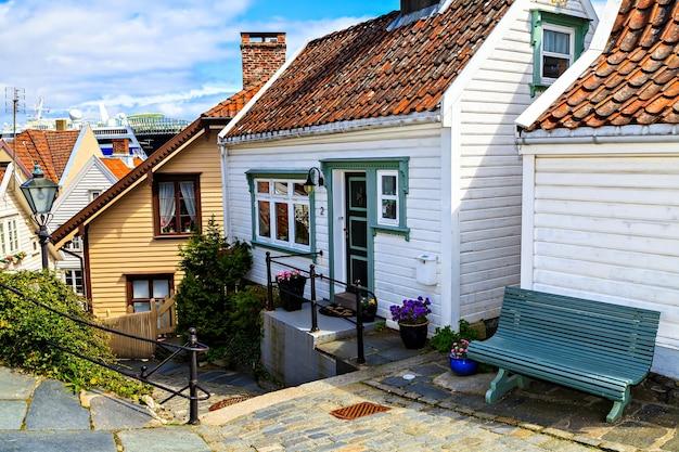 古い伝統的な木造住宅ノルウェー