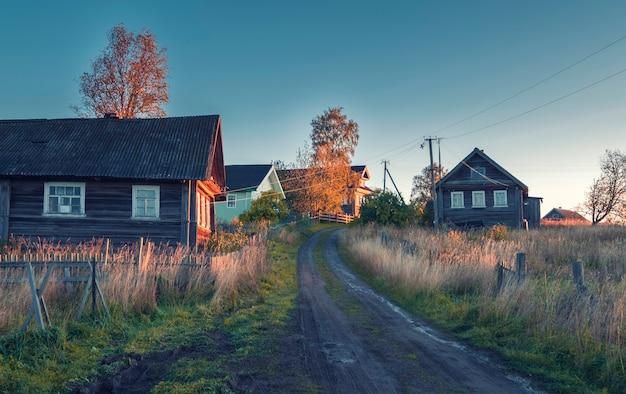 Старая деревня лашково в вепсском лесном национальном парке россия ленинградская область, осенним утром