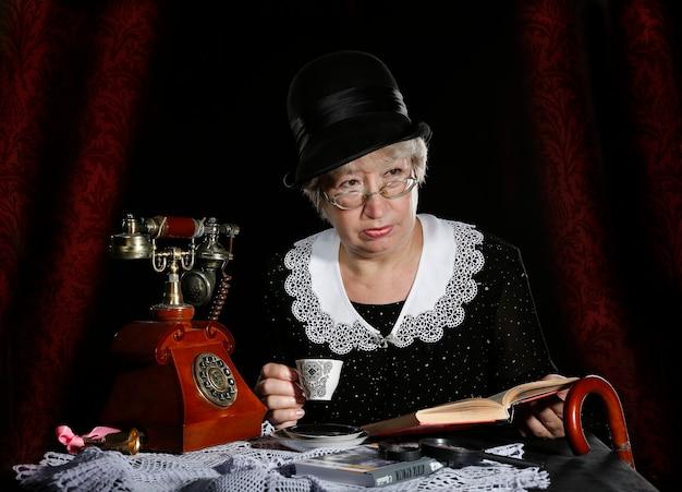 노파는 아가사 크리스티의 책에 나오는 미스 마플, 여자 미스 마풀, 영국 탐정 캐릭터, 여성 탐정과 같다.