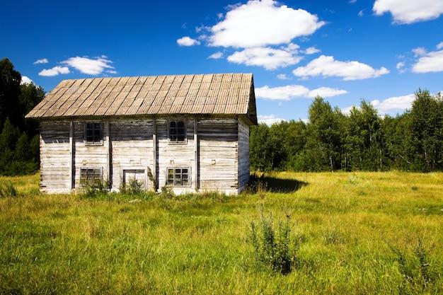 밀스로 사용 된 오래된 목조 건물