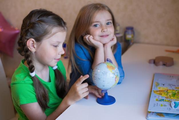 姉は幼い子供たちのレッスンを手伝い、地球を見守っています