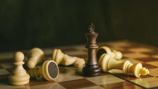 1つの黒い王のチェスはすべての白いチェスを敗北させる