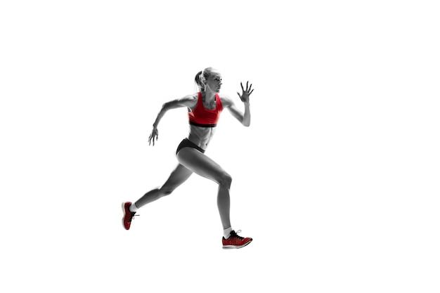 흰색 스튜디오 배경에서 달리고 점프하는 러너의 한 백인 여성 실루엣. 단거리 선수, 조깅하는 사람, 운동, 운동, 피트니스, 훈련, 조깅 개념.