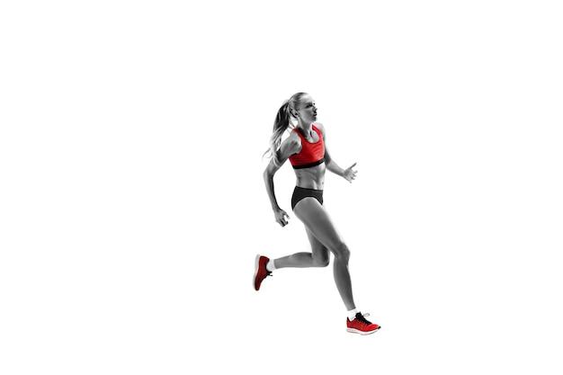 흰색 스튜디오 배경에서 달리고 점프하는 러너의 한 백인 여성 실루엣