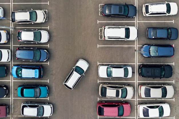 주차장의 유일한 빈 주차 공간. 주차장에서 내비게이션. 주차를 위한 빈 공간을 찾고 있습니다. 주차장이 차들로 꽉 차 있습니다. 문제. 빈 자리를 찾습니다.